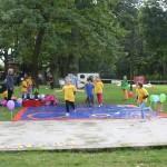 Kinder bei einer Zirkusaufführung des Hortes