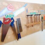 Wand mit Werkzeugen